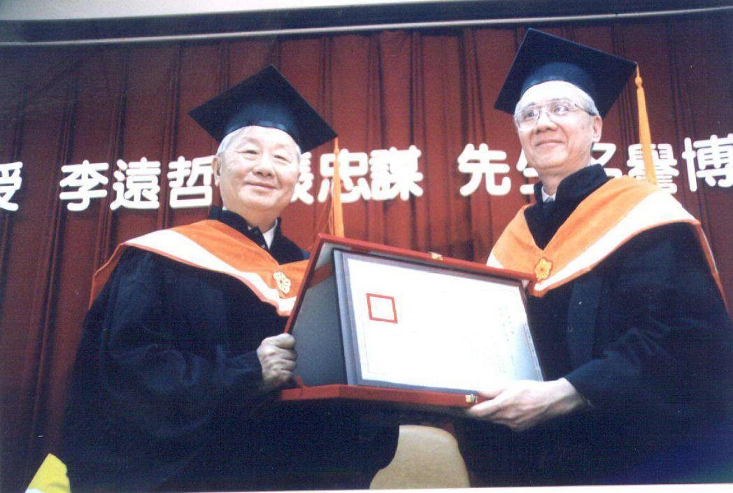 1999年,清華大學校長劉炯朗(右)頒贈名譽博士學位給台積電董事長張忠謀。 本報...