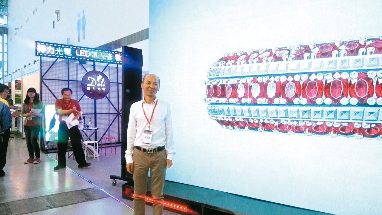得力光電曾慶南介紹超大型電視牆在內的各種LED廣告招牌。 黃訓正/攝