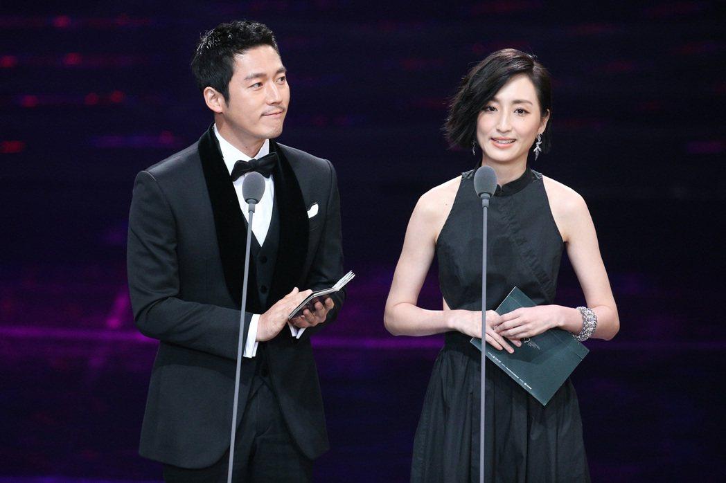 第52屆金鐘獎頒獎典禮在國父紀念館舉行,張赫(左)與柯佳嬿搭檔頒獎。記者林伯東/