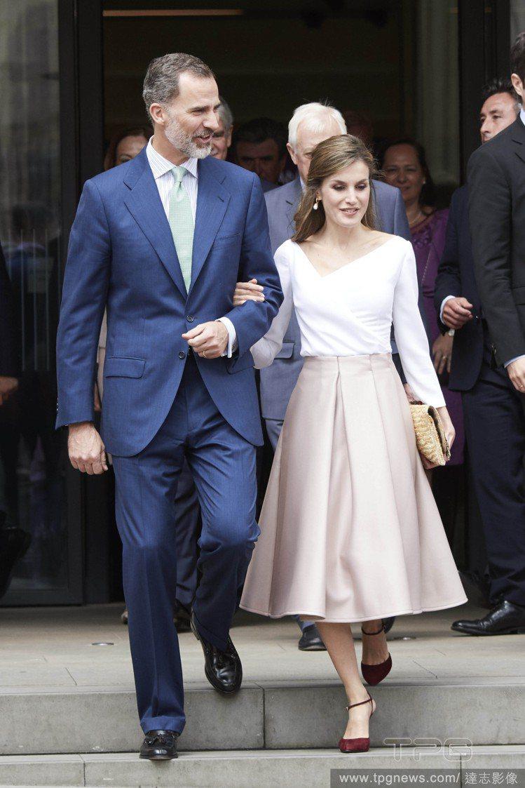 西班牙王后蕾蒂希亞和國王費利佩六世有「最萌身高差」。圖/達志影像