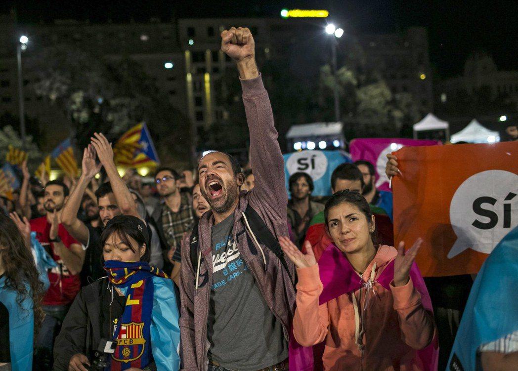 西班牙加泰隆尼亞1日舉行獨立公投,民眾投票後在巴塞隆納的加泰隆尼亞廣場慶祝。 歐...