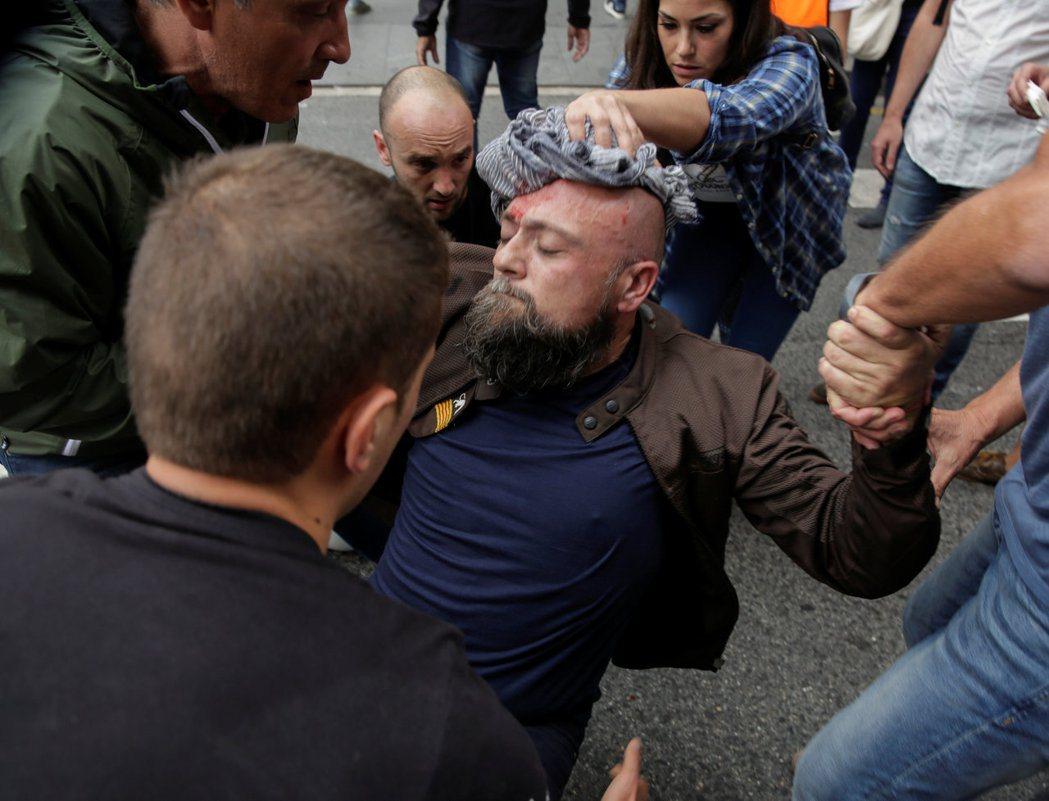 西班牙加泰隆尼亞區塔拉哥納市,一名男子在1日的公投中與警方衝突受傷。 路透