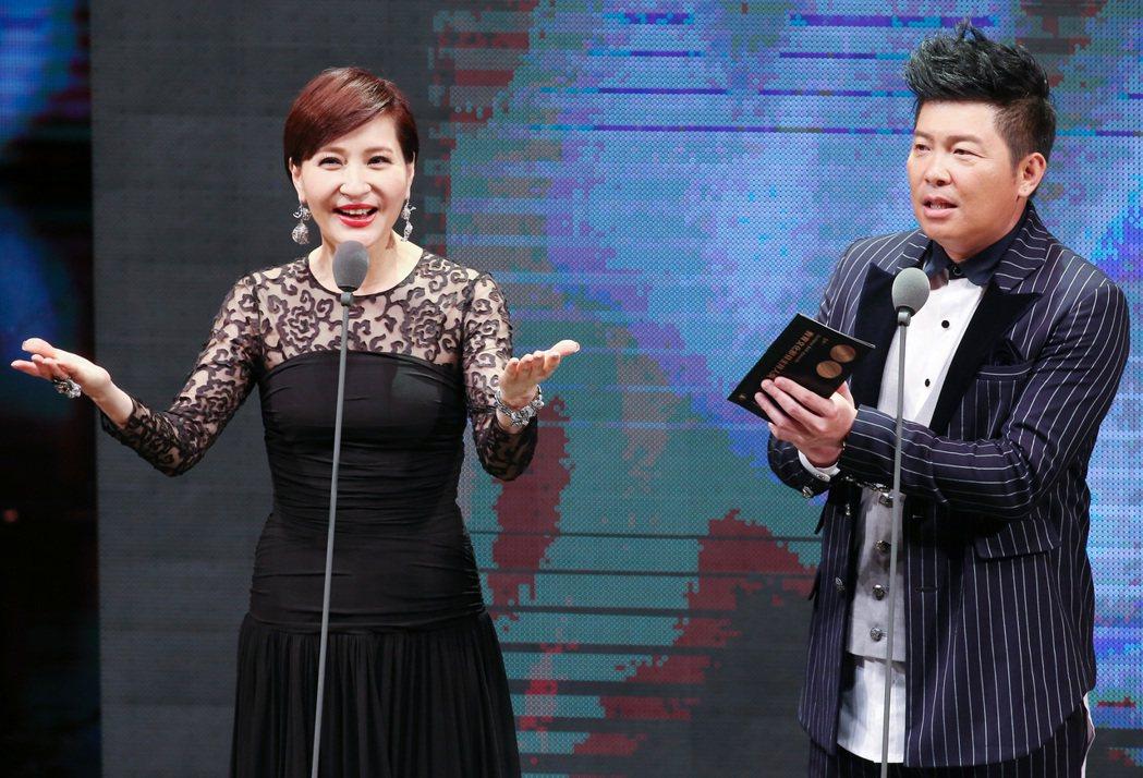 曾國城(右)與方芳芳(左)擔任第50屆電視金鐘獎頒獎人。圖/聯合報系資料照