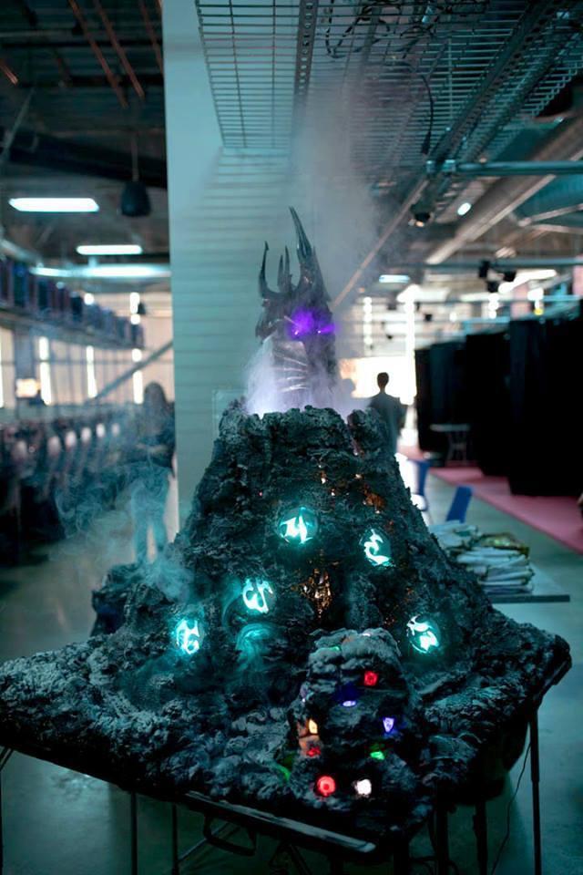 ↑比賽會場的另外一區是爐邊聚會會場,火山上面的按鈕按下去會有噴發效果加卡片語音(...