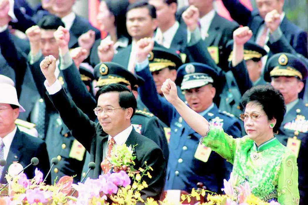 2000年政黨輪替後首次的國慶日,在綠色全面執政的情況下,民進黨人士踴躍出席國慶...