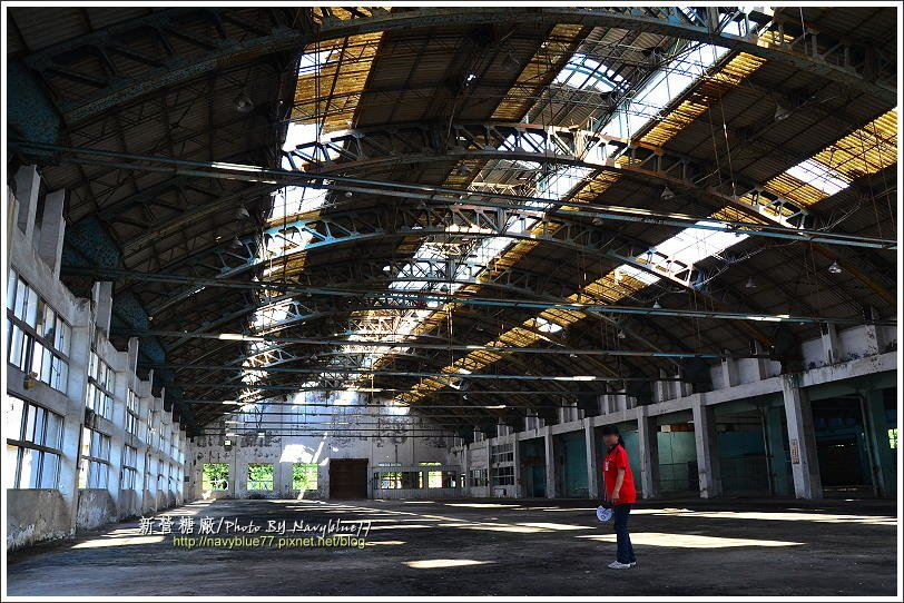 ↑塑膠工廠廠房很大很大,目前殘破空蕩。