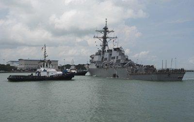 美軍驅逐艦馬侃號(USS John S. McCain)8月21日在新加坡外海與...