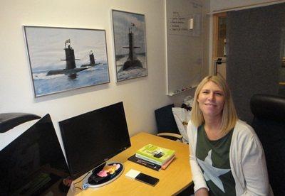安雅辦公室裡掛著兩幅她曾服役的潛水艇照片。