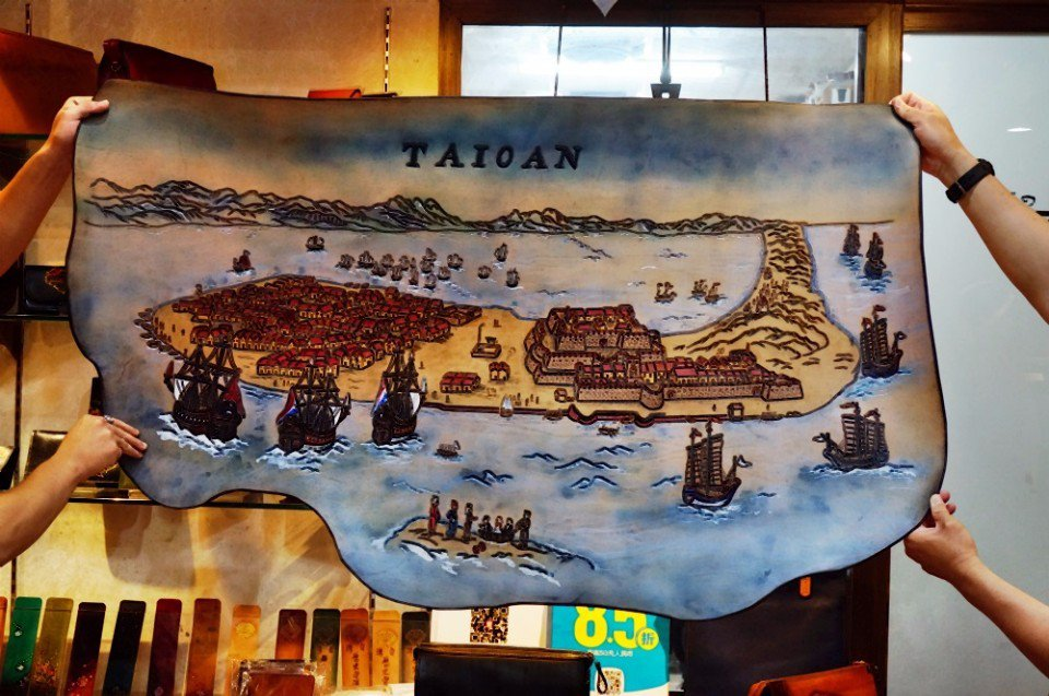 崔其鉦與兒子合力完成的熱蘭遮城皮雕畫。(攝影/林郁姍)