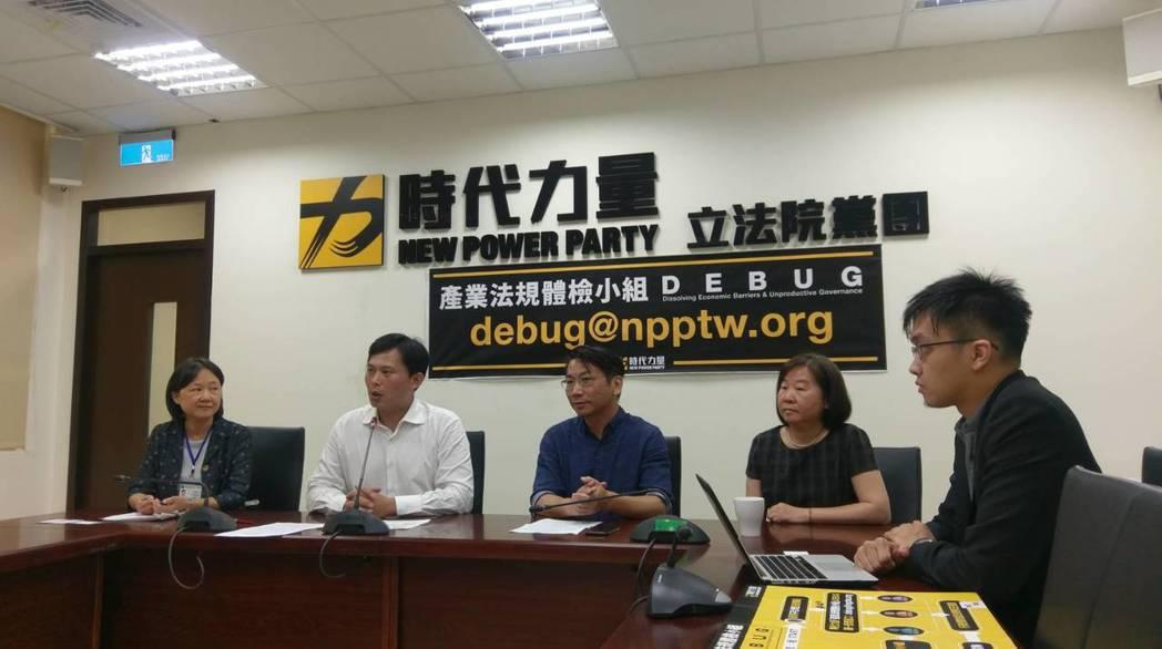 時代力量今(2)日召開記者會,宣布成立「產業法規體檢小組」。圖/記者陳慶徽攝。