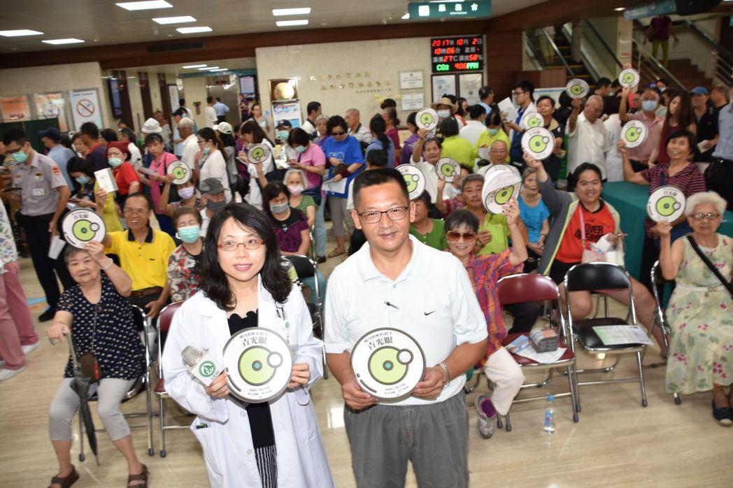 彰基青光眼科主任邱欣玲與林姓病人共同呼籲打擊青光眼。圖/彰基提供