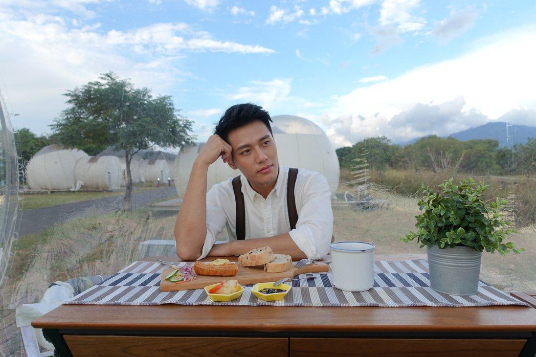 張睿家拍攝「亞洲萬里通」風格廣告。圖/周子娛樂提供