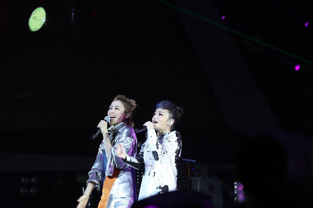 范瑋琪(左)擔任徐佳瑩演唱會嘉賓。圖/亞神音樂娛樂提供