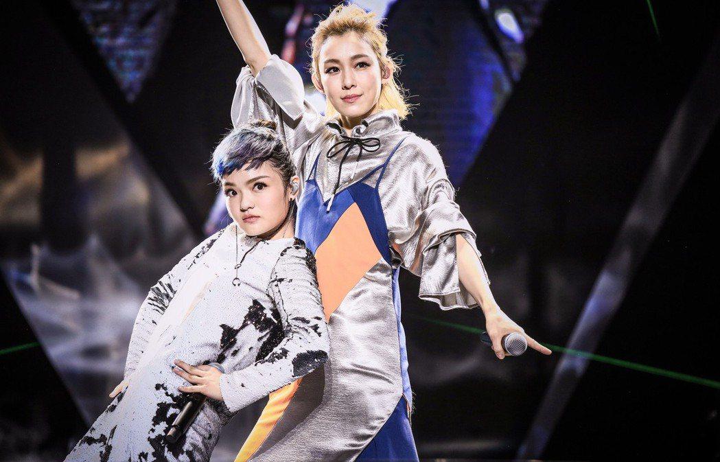 范瑋琪(右)擔任徐佳瑩演唱會嘉賓。圖/亞神音樂娛樂提供