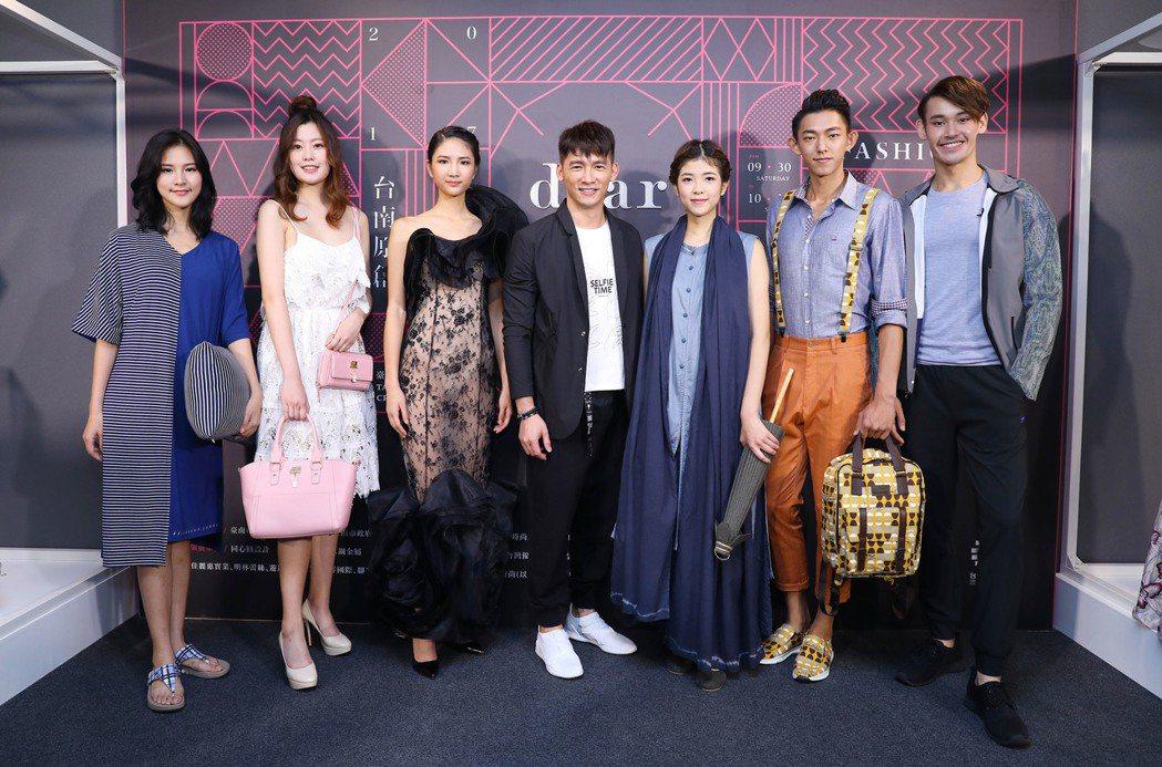 溫昇豪出席台南原創時裝周,率領伊林模特兒走秀。圖/伊林提供