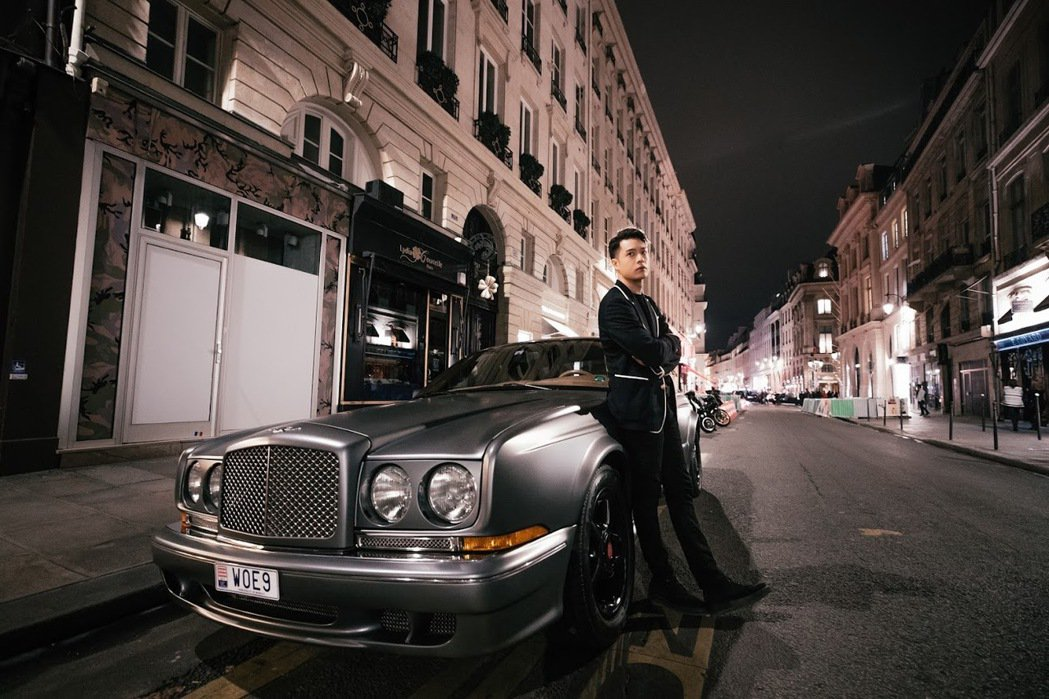 周湯豪赴巴黎街頭拍照。圖/天熹娛樂提供