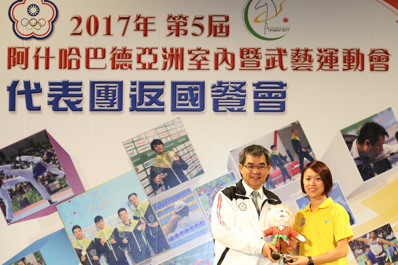 跆拳道金牌選手洪幼婷(右)致贈教育部長官代表團吉祥物。圖/中華奧會提供