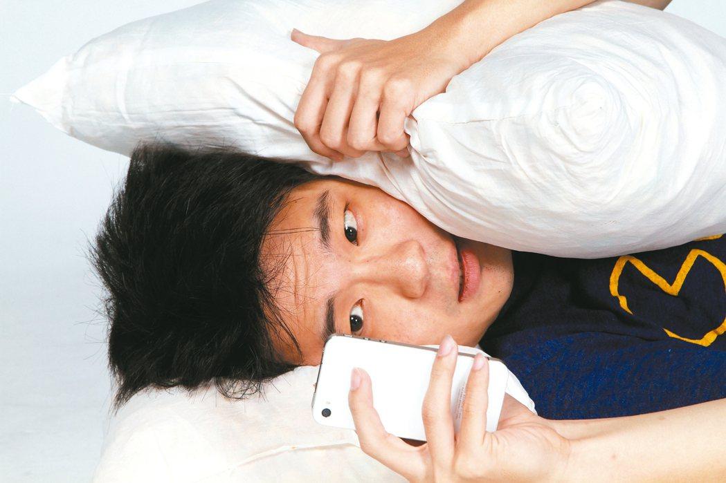 中華民國眼科醫學會最新調查發現,台灣民眾每天使用3C時數長達8.7小時,比平均一...