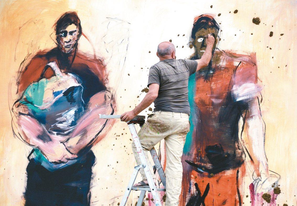 法國畫家 Paul Bloas 與搖滾樂手一同創造行為藝術作品,在吉他激烈樂音下...