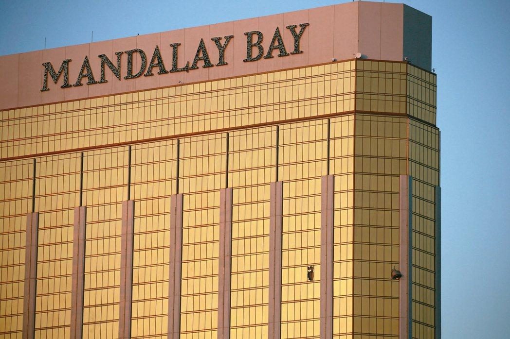 曼德勒海灣飯店的窗簾二日從破裂的窗戶飄出。 美聯社