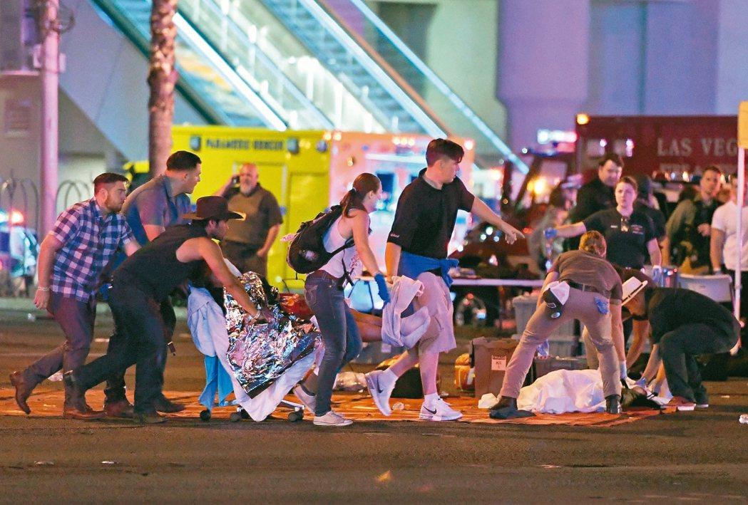 賭城槍擊案造成慘重傷亡,一名傷患被抬到槍案現場附近救護站急救。 法新社