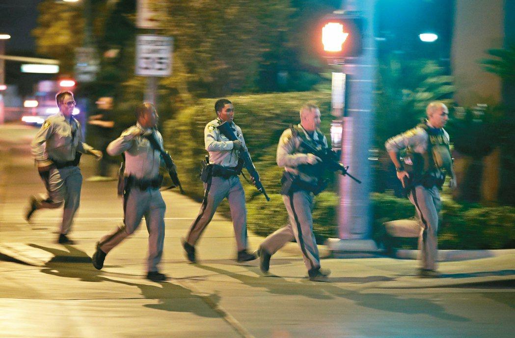 多名警察手持長槍趕赴曼德勒海灣賭場飯店附近的案發現場。 (美聯社)