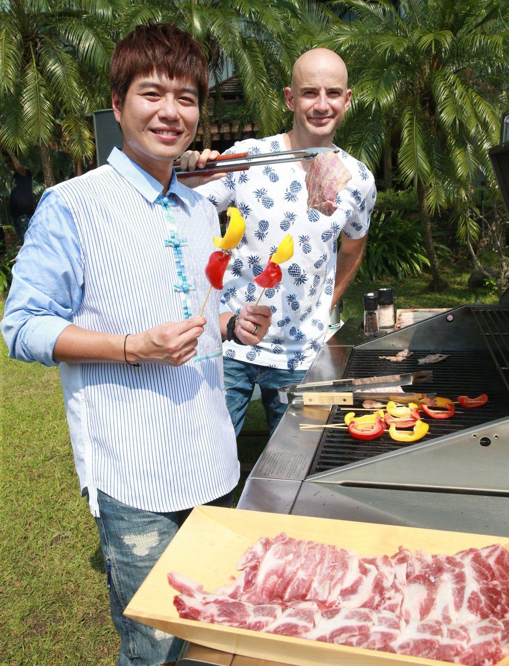 愛玩客主持人李易(左)、吳鳳(右)出席愛玩生活節。記者黃義書/攝影