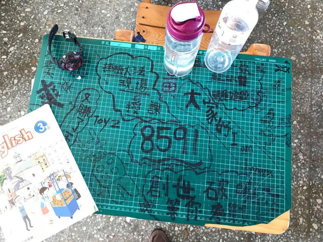 新式課桌椅顏色淺,學生改在墊板上塗鴉。 記者洪敬浤/攝影