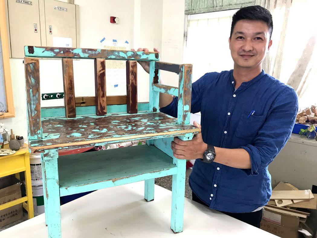 美術老師謝佳森把廢棄的課桌椅,創作成獨特的座椅。 記者洪敬浤/攝影