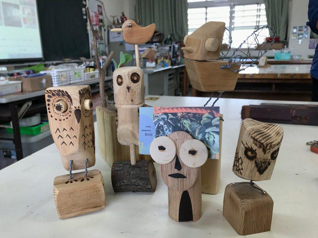 美術老師謝佳森把廢棄的課桌椅當素材,教學生創作手做木工。 記者洪敬浤/攝影