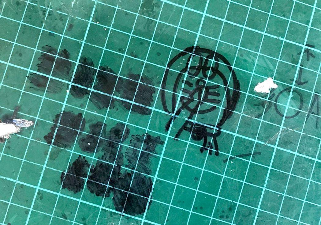 不少教師觀察,現在學生較少在課桌椅塗鴉,改在墊板上畫畫。 記者洪敬浤/攝影