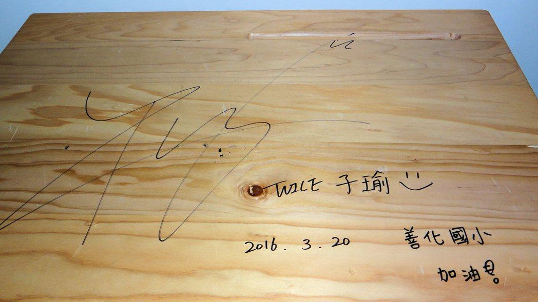 韓國女團「TWICE」成員周子瑜在考試桌的簽名。 本報資料照片