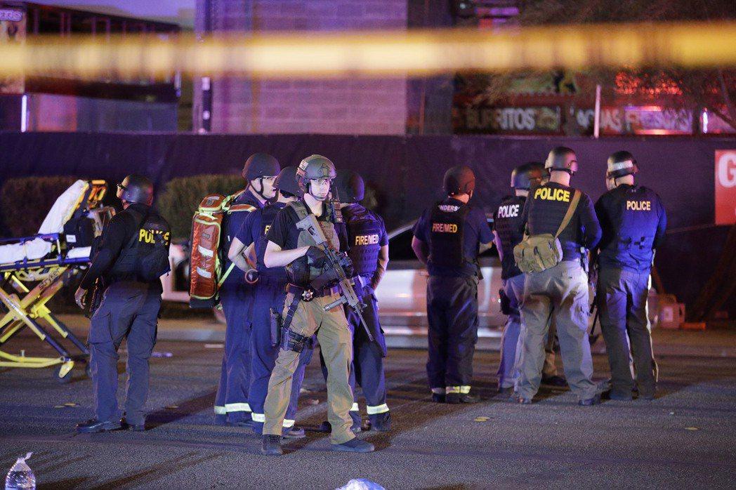 持槍員警2日在賭城槍擊血案現場戒備。 美聯社