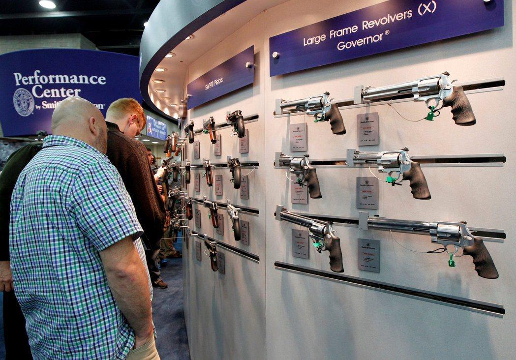 美國知名軍械廠商史密斯威森公司在全國步槍協會年會會場展示產品。賭城1日發生槍擊血...