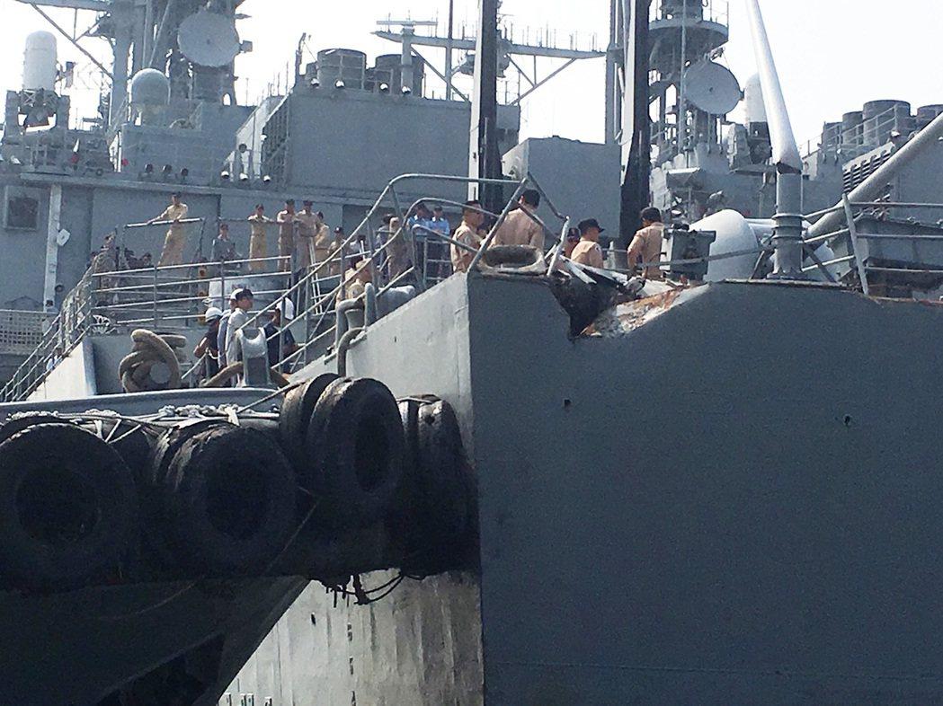 海軍紀德級左營軍艦昨天停在高雄旗津軍用碼頭,遭一艘EVERRICH 3貨輪撞擊左...