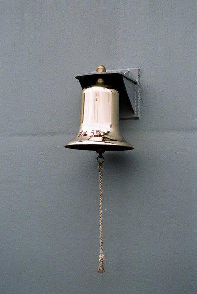 由於海軍總部臨時改名,因此基隆艦上的船鐘,刻的還是「紀德」。 本報資料照片