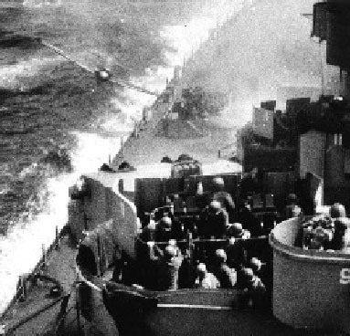 看!「神風」自殺飛機如何撞向美國「密蘇里」戰艦。 本報資料照片