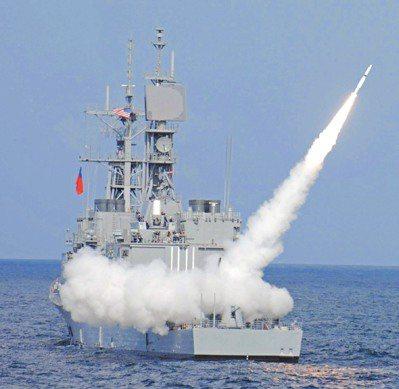 「基隆艦」、「蘇澳艦」在美國接艦訓練驗收時,曾執行標準二型三A區域防空飛彈實彈試...