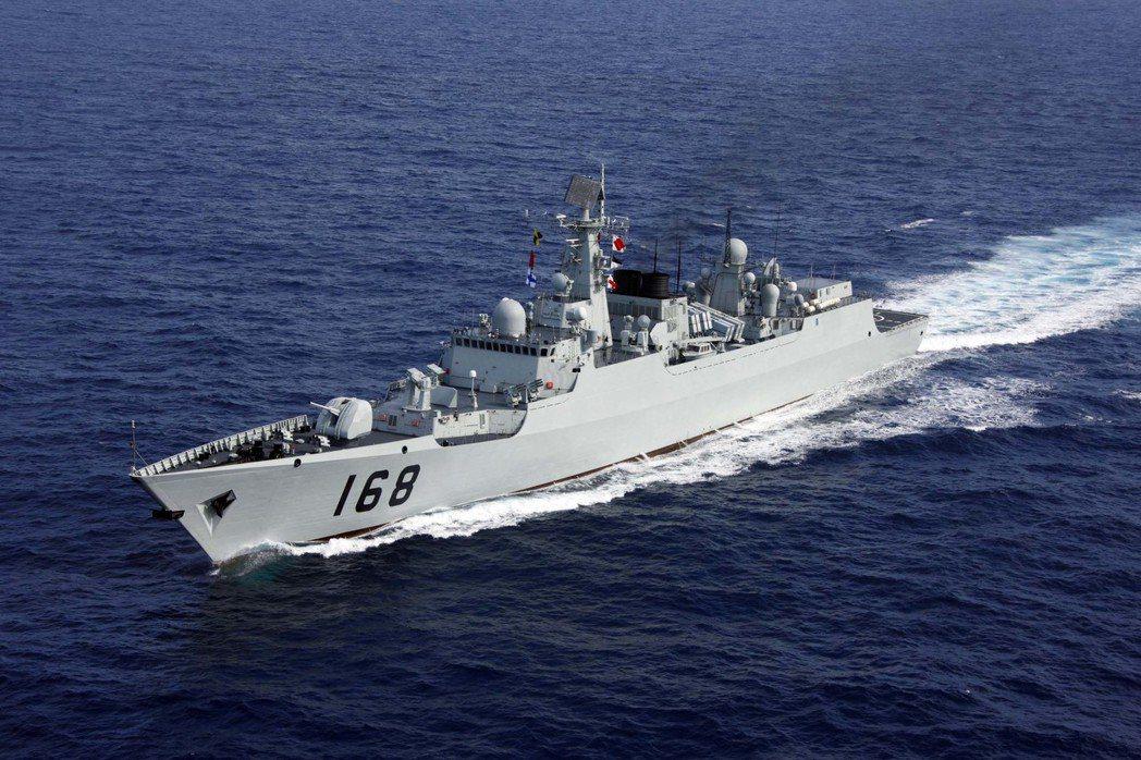 中國海軍國產戰艦頻頻亮相,圖為被軍迷網民譽為「中華神盾」的「廣州」號導彈驅逐艦。...