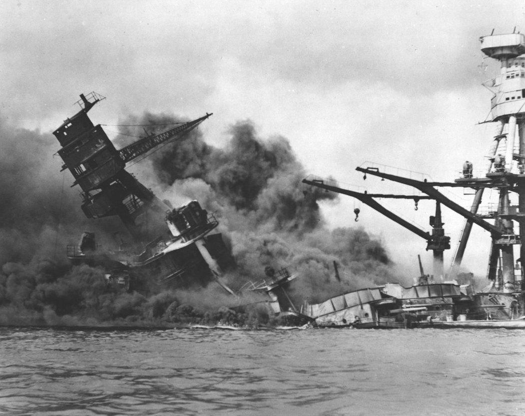 日本於1941年12月7日偷襲珍珠港,亞利桑那號戰艦被擊中起火沉沒。 歐新社