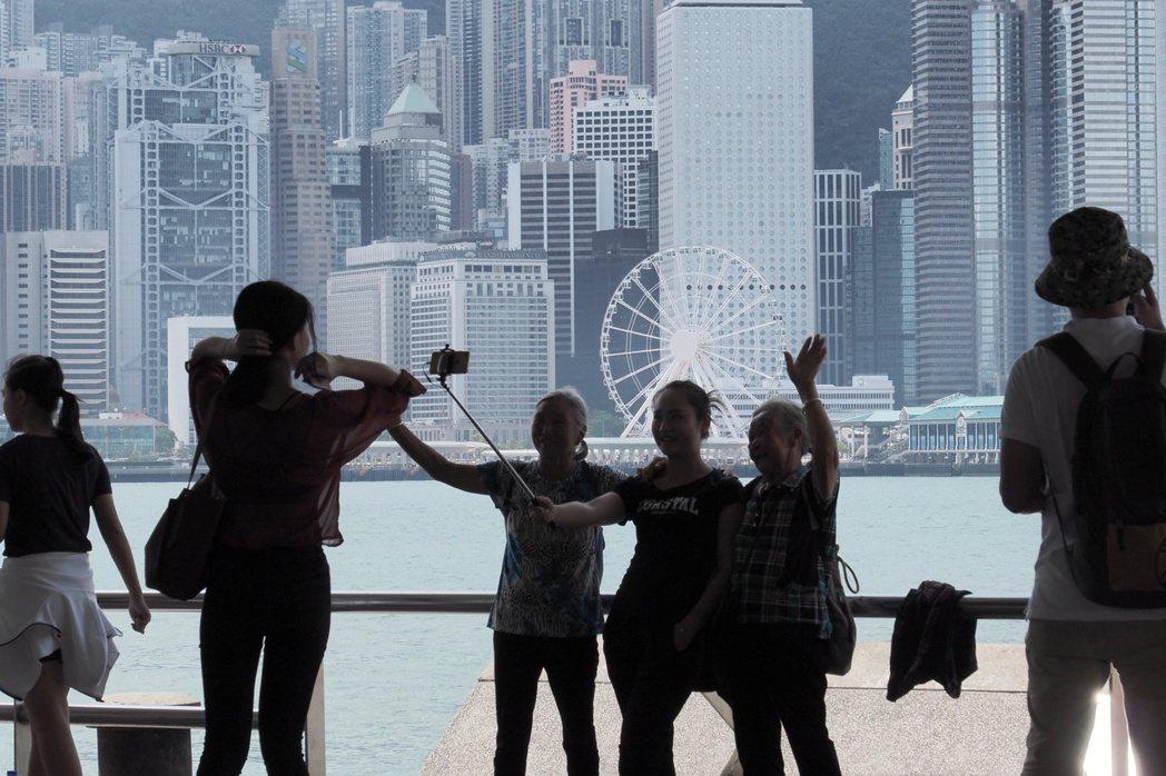 香港旅遊業呈現回暖跡象,「黃金周」首日訪港陸客數量創下5年新高。 新華社
