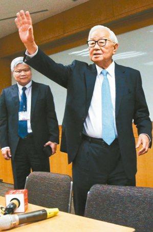台積電董事長張忠謀(右)昨天宣布將在明年6月退休,未來將由劉德音接任董事長、魏哲...
