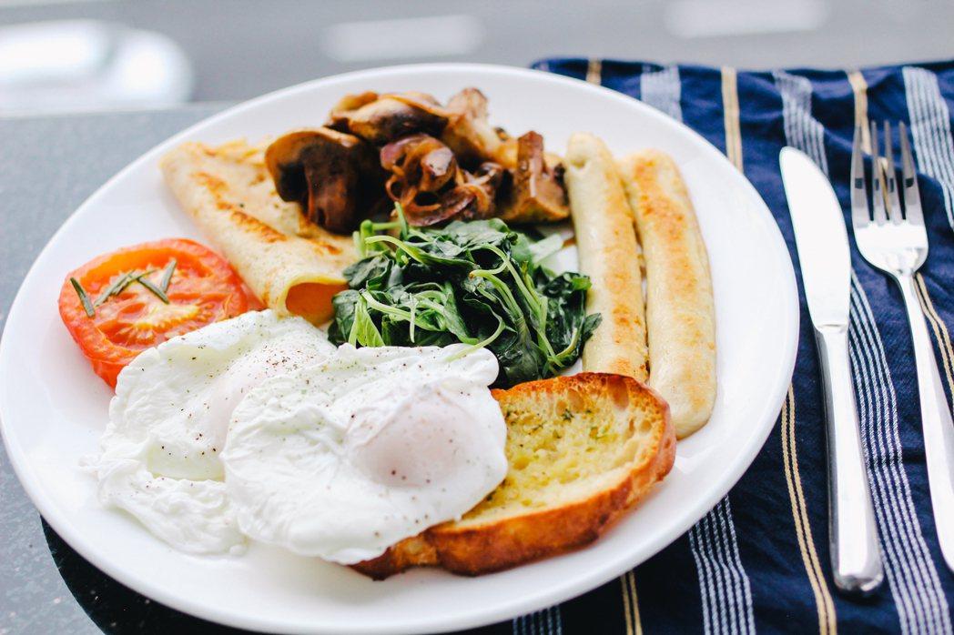 最新研究顯示,不吃早餐或吃得馬虎的人,發生動脈硬化的可能性會增倍,而動脈硬化會導...