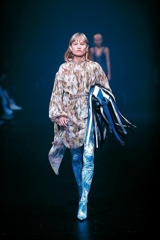 Balenciaga將歐元與風景照變成印花,打造雪紡洋裝等。