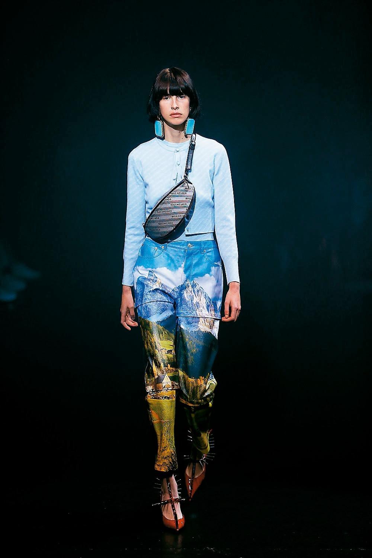 以風景照印花打造出運動風格長褲。