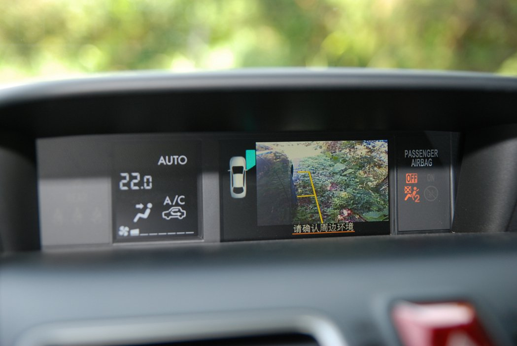 SVM 車側影像輔助系統在倒車與路邊停車時,會透過車外鏡頭呈現車側路況,對SUV...