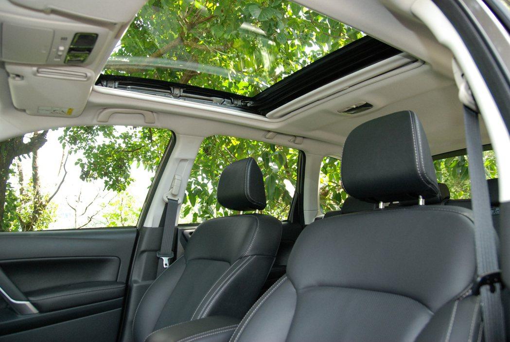 Premium 車型上的電動玻璃天窗,有助於休旅車的室內採光。 記者林鼎智/攝影