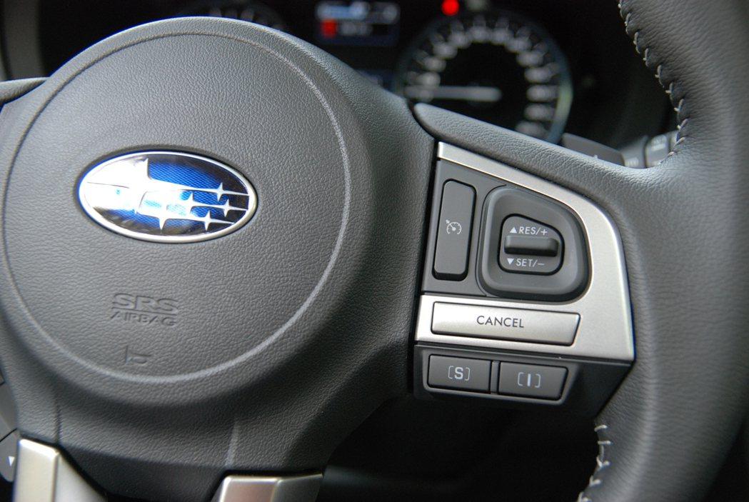 方向盤上具有 SI-DRIVE 動力控制模式切換鍵。 記者林鼎智/攝影