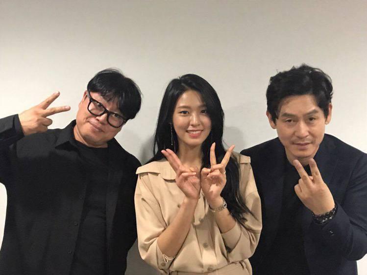 《殺人者的記憶法》在韓國突破兩百萬觀影人次,(左起)導演元信延、雪炫、薛耿求。圖...
