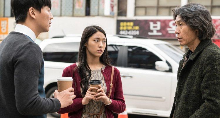 《殺人者的記憶法》薛耿求為了保護飾演愛女(雪炫)與金南佶對決。圖/車庫娛樂提供